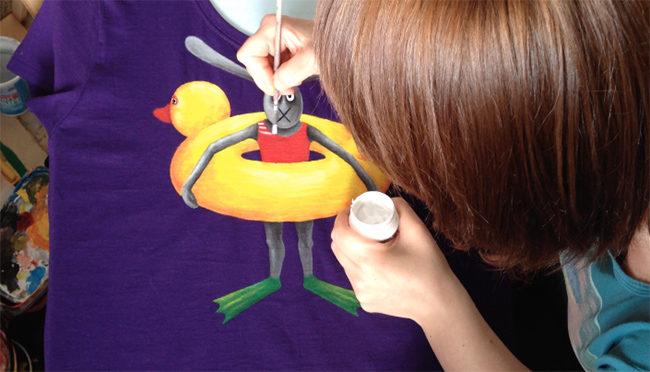 Készül a kézzel festett egyedi póló